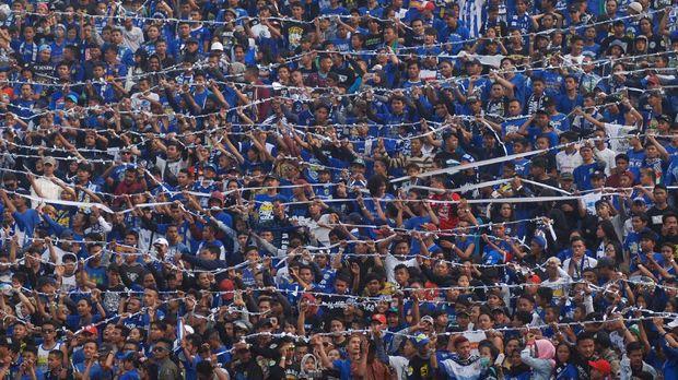 Suporter memberikan dukungan kepada Persib Bandung saat pertandingan menghadapi Bali United pada laga lanjutan GO-JEK Traveloka Liga 1 di Stadion Si Jalak Harupat Soreang, Kabupaten Bandung, Jawa Barat, Kamis (21/9). Pertandingan tersebut berakhir imbang 0-0. ANTARA FOTO/Fahrul Jayadiputra/aww/17.