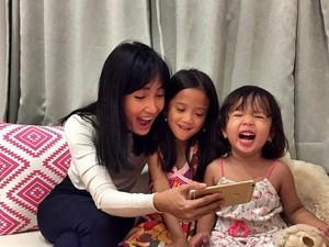 Foto: Sweet! Kedekatan Artika Sari Devi dan Kedua Putrinya
