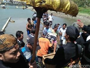 Berebut Air Cucian Kelambu Makam Pangeran Samudro di Gunung Kemukus