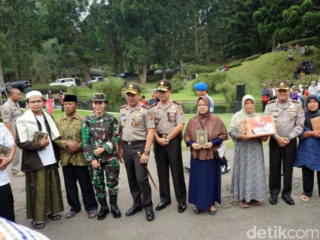 Kapolda Jabar Bagikan Ratusan Paket Sembako di Cianjur