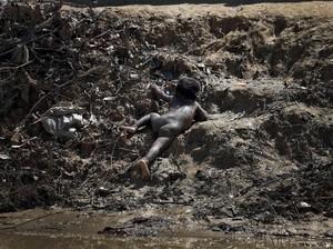 Miris, Potret Balita Rohingya Merayap di Antara Lumpur