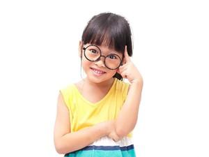 Masih Anak-anak Tapi Sudah Pakai Kacamata Plus, Normalkah?