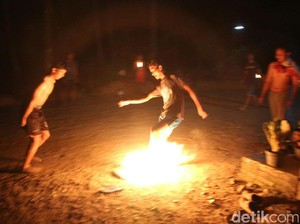 Ekstrem! Sambut Tahun Baru Hijriah, di Purworejo Ada Sepak Bola Api