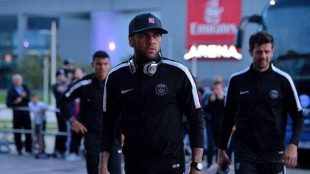 Alves Balas Komentar Forlan soal Ribut-Ribut Cavani & Neymar