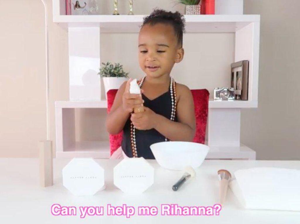 Viral, Aksi Menggemaskan Vlogger Cilik 2 Tahun Saat Review Foundation Rihanna