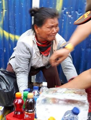 Tak Rela Ditertibkan Satpol PP, Nenek Ini Nangis