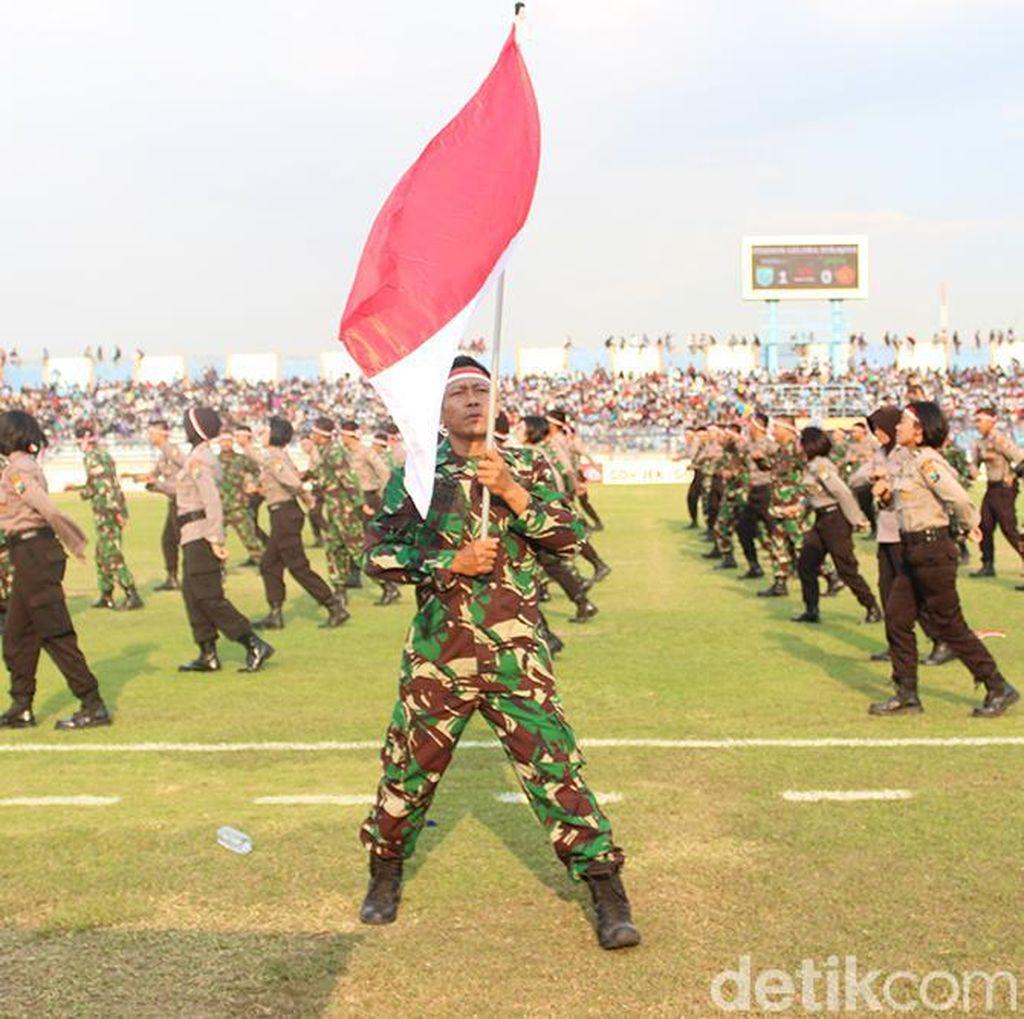 Aksi Keren Anggota TNI-Polri di Jeda Laga Persela vs PS TNI
