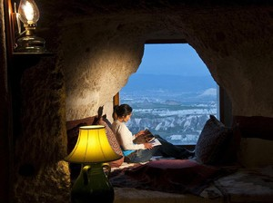 Foto: Tidur di Gua Pemandangannya Balon Udara