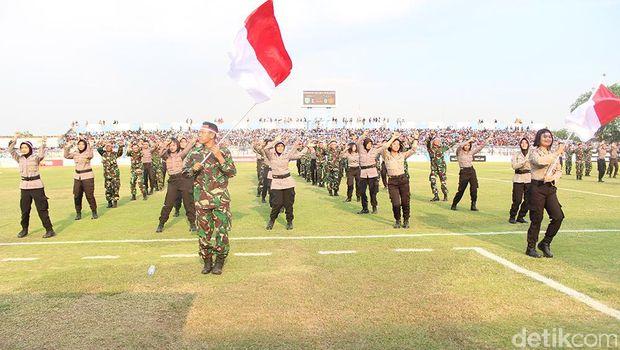 Anggota TNI-Polri Menari Saat Turun Minum Laga Persela vs PS TNI