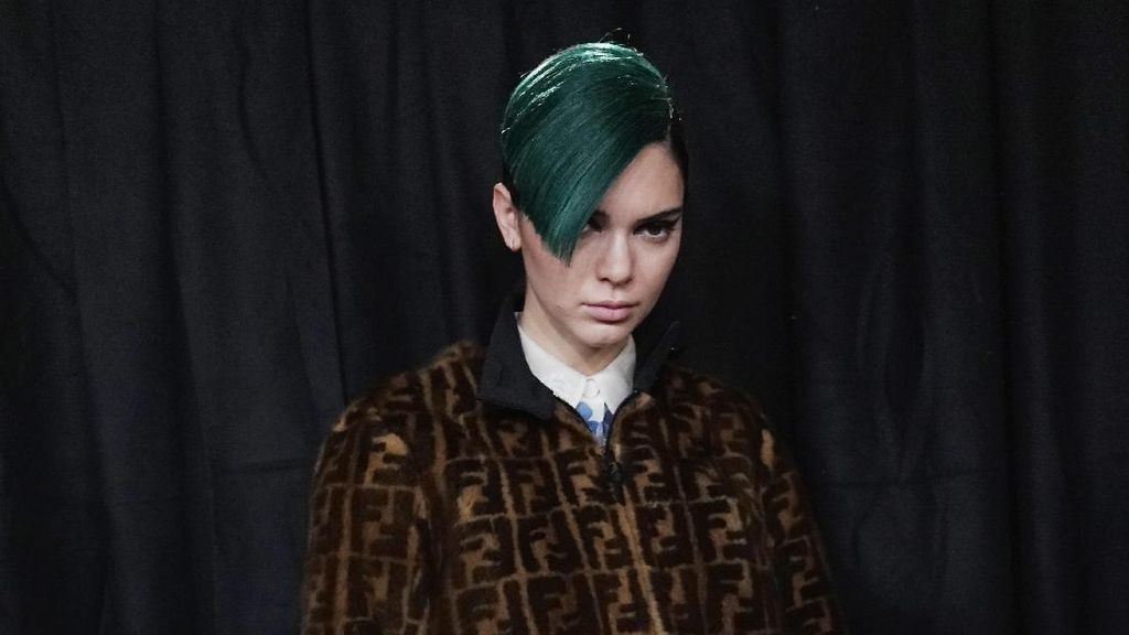 Kendall Jenner Berambut Pendek dan Berwarna Hijau, Yay Or Nay?