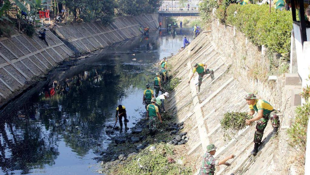 Prajurit Kostrad Bersih-bersih Sungai Citarum