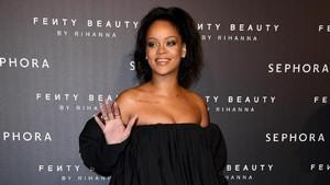 Rihanna Pamer Pundak