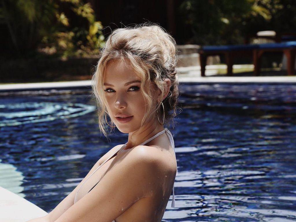 Lagi di Bali, Model Playboy Ini Tak Happy karena Gunung Agung