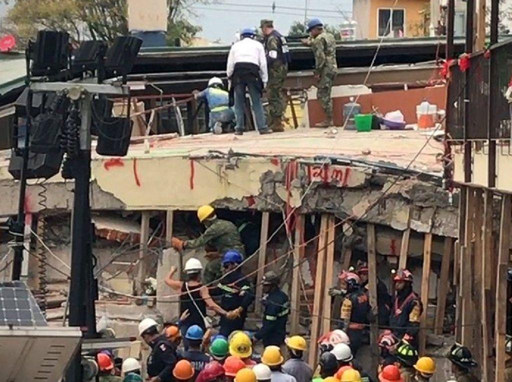 Mencari Korban Gempa Meksiko di Bawah Reruntuhan SD