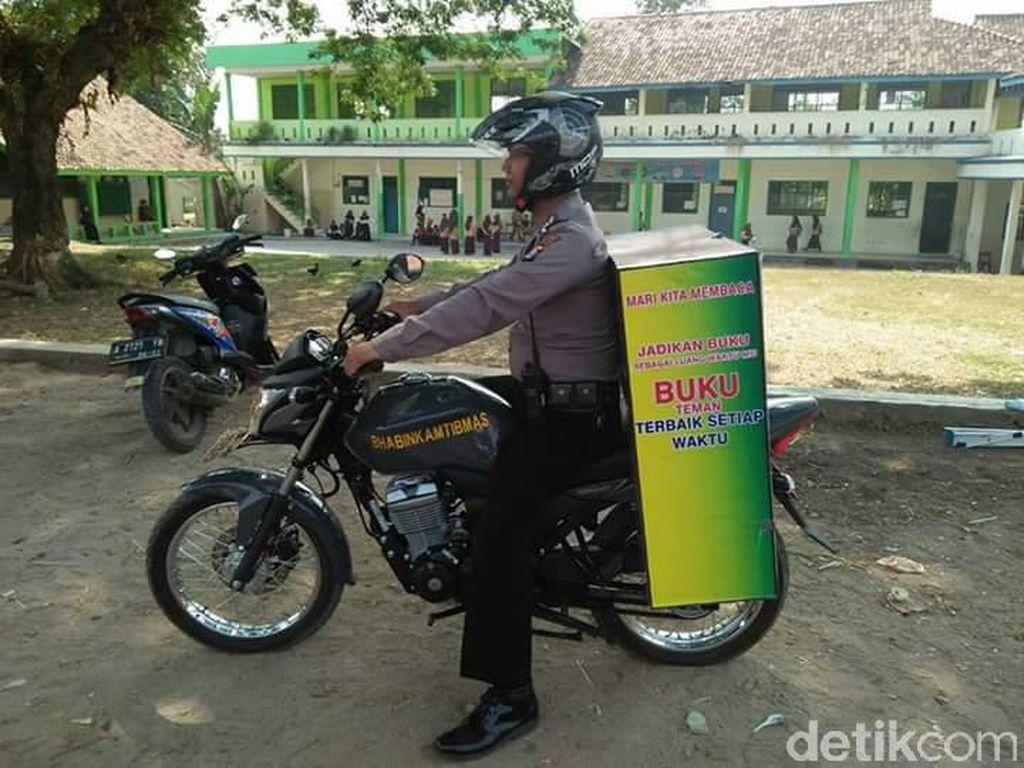 Inspiratif! Polisi di Tangerang Modif Motornya Jadi Perpustakaan