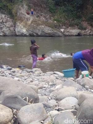 Musim Kemarau, Warga Kondang Garut Minum Air Sungai Cimanuk