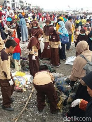 Bersih-bersih Kenjeran, Belasan Ribu Warga Hasilkan 9 Truk Sampah