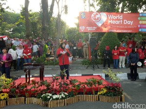 Kampanyekan Hari Jantung, Risma Ajak Warga Surabaya Bersepeda