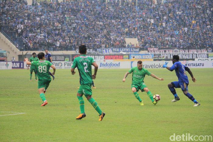 Dalam laga yang berlangsung di Stadion Si Jalak Harupat, Minggu (24/9/2017), Persib tertinggal lebih dulu. Paulo Sergio melepaskan sepakan keras dari luar kotak penalti dan tak kuasa dihentikan Muhammad Natshir.