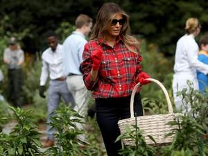 Melania Trump Dikritik Netizen Gara-gara Pakai Kemeja Ini Saat Berkebun