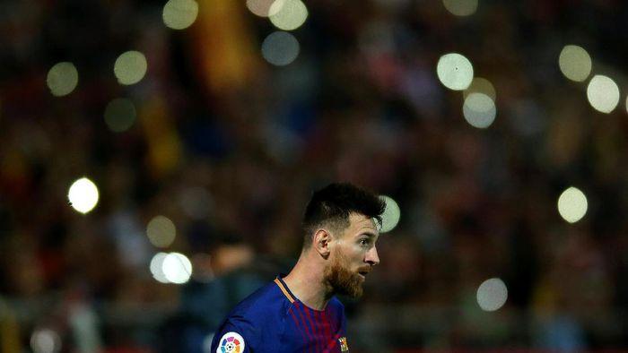 Lionel Messi diidolai oleh Egy Maulana Vikri (Albert Gea/REUTERS)