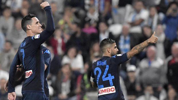 Napoli menang tipis 3-2 atas SPAL. Kemenangan ini cukup untuk mempertahankan puncak klasemen sementara Serie A.