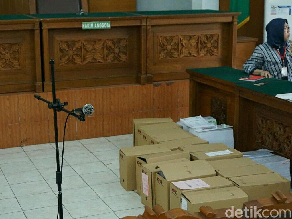Belasan Dus Barang Bukti dari KPK untuk Jerat Novanto