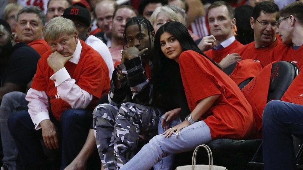 Lika-liku Cinta Kylie Jenner Hingga Melahirkan Anak Travis Scott