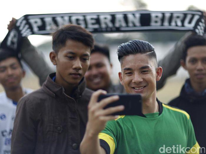 Pesepakbola Persib Bandung Kim Kurniawan dan fans (Muhammad Ridho/DetikSport)
