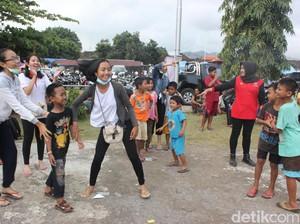 Cegah Trauma, Relawan Ajak Anak Pengungsi Gunung Agung Bermain