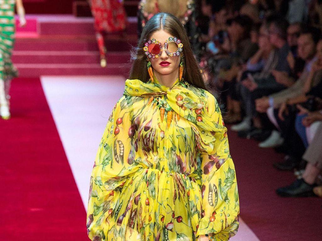 Inspirasi Ibu-ibu, Dolce & Gabbana Tampilkan Tas Pasar Isi Sayur di Milan