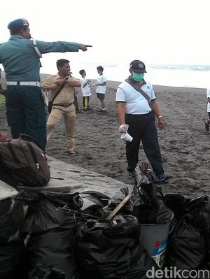 Ramai-ramai Beraksi Perangi Sampah di Pantai Purworejo