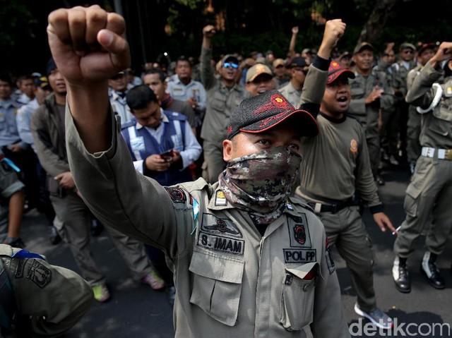 Demo Satpol PP dan Dishub DKI Tuntut Status PNS