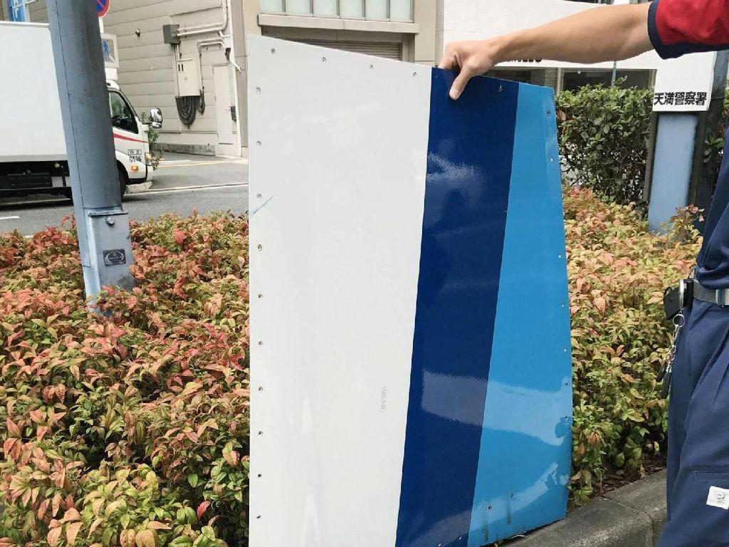 Lempeng Pesawat KLM Jatuh Menimpa Mobil Saat Lepas Landas