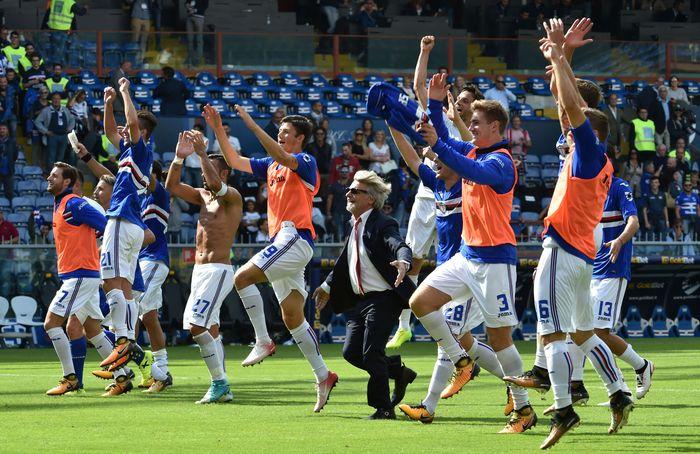 Para pemain Sampdoria merayakan kemenangan usai mengalahkan AC Milan di Luigi Ferraris, Minggu (24/9/2017) malam WIB. Dua gol tuan rumah dicetak oleh Duvan Zapata dan Ricardo Alvarez. Paolo Rattini/Getty Images.