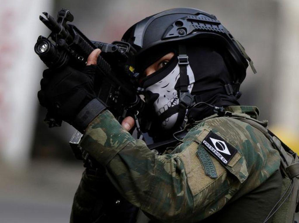 Bertopeng, Begini Aksi Polisi Militer di Brasil Gerebek Bandar Narkoba