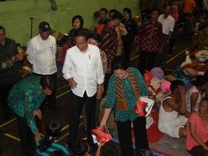 Jokowi Beri Bantuan ke Posko Pengungsi Gunung Agung