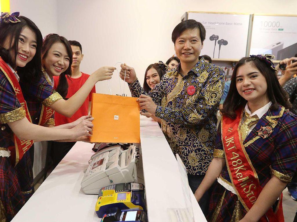 Gaya Kece Bos Teknologi Pakai Batik