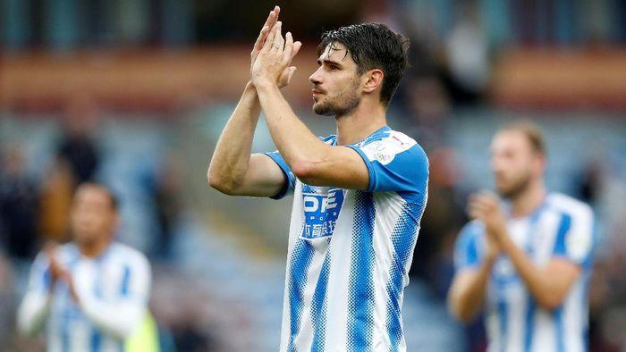Pemain Huddersfield Town, Christopher Schindler, menjadi bek yang paling banyak kebobolan gol dan menelan kekalahan. Ada 71 gol dan 27 kekalahan. (Foto: Ed Sykes/Reuters)