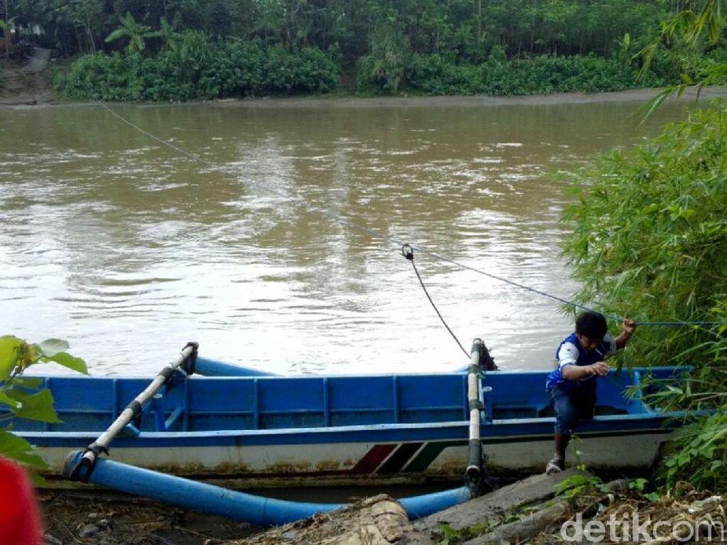 Jembatan Bambu Hanyut, Pak Guru Ini Kembali Naik Perahu Bocor