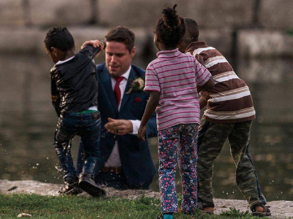 Foto: Heroik! Pengantin Pria ini Selamatkan Bocah Tenggelam Tanpa Lepas Jas
