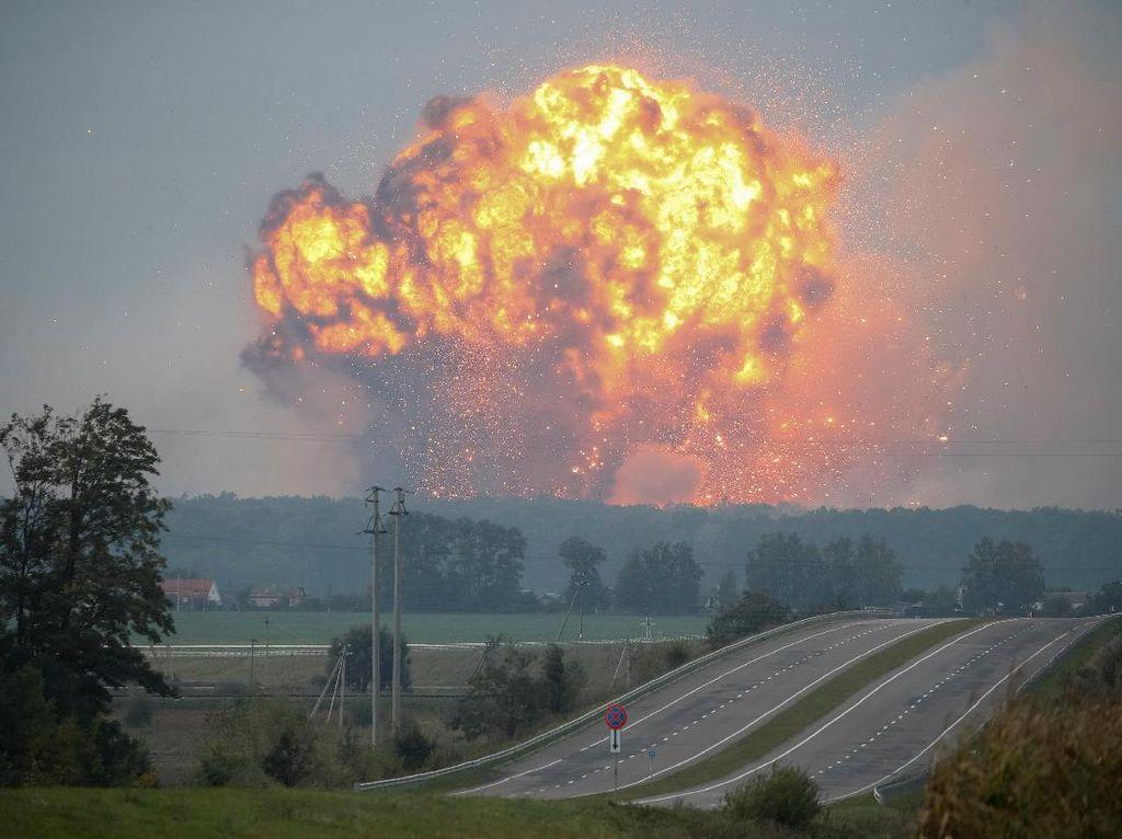 Mengerikan, Ledakan Besar Terjadi di Gudang Senjata di Ukraina