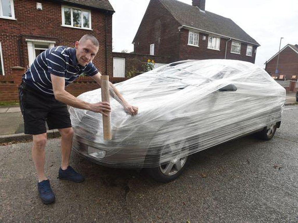 Diparkir di Depan Rumah Orang, Mobil Ini Dibungkus Plastik