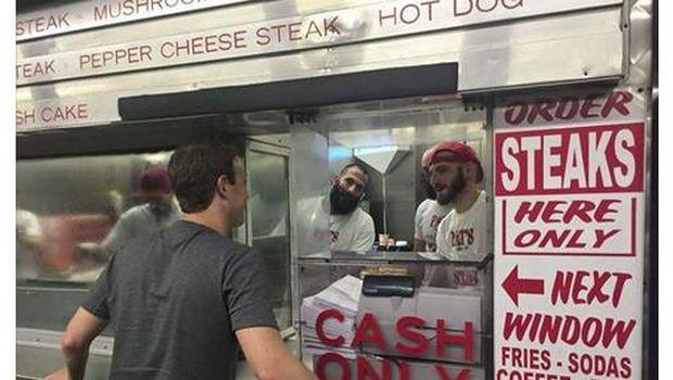 Ini penampakan foto dikala bos Facebook memesan cheesesteak.