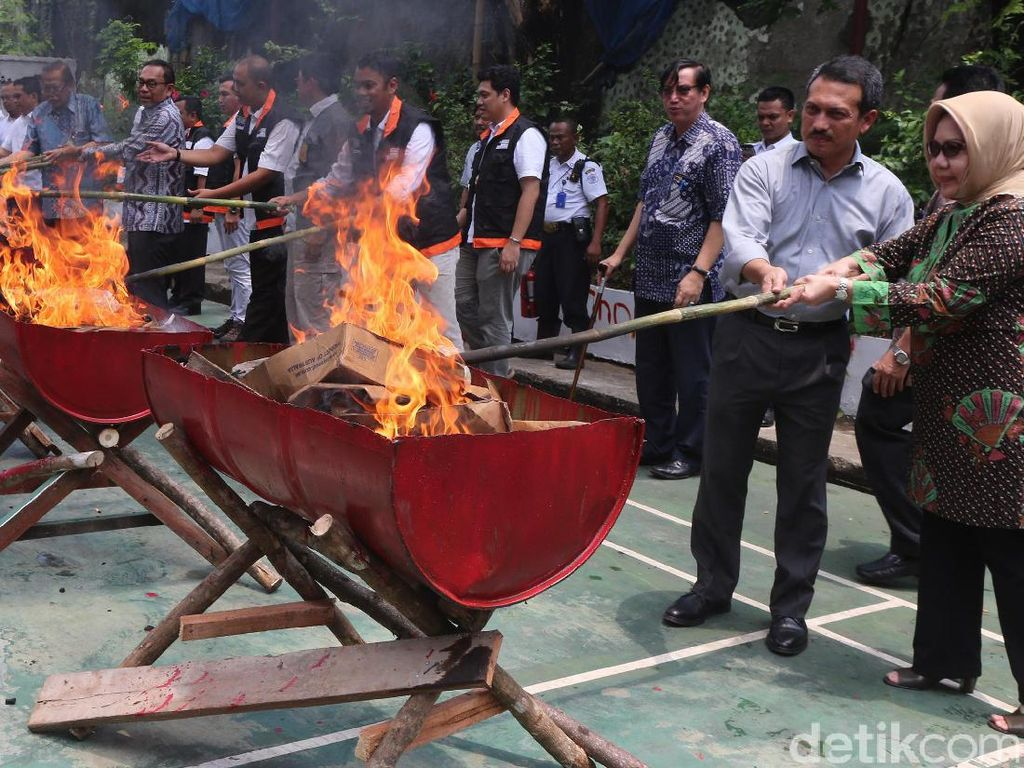 Gula Rafinasi dan Daging Kadaluwarsa Dibakar