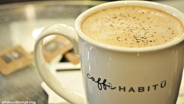 Sajian minuman hangat di Cafe Habitu.