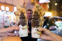 Egg waffle dengan perhiasan es krim lembut.
