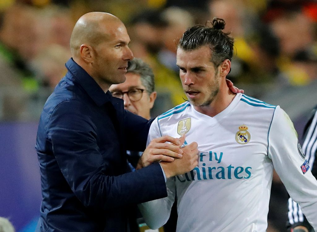 Soccer Football - Champions League - Borussia Dortmund vs Real Madrid - Westfalenstadion, Dortmund, Germany - September 26, 2017   Real Madrid coach Zinedine Zidane shakes hands with Gareth Bale after he is substituted off   REUTERS/Wolfgang Rattay