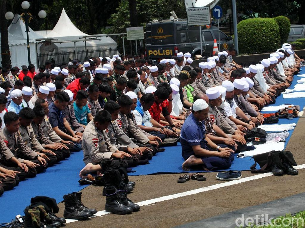 Khusyuknya Salat Jumat Polisi dan Peserta Aksi 299