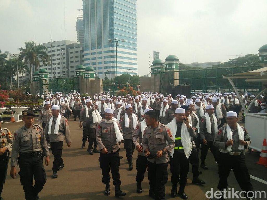 Polisi Bersorban dan Polwan Berhijab Amankan Aksi 299 di DPR